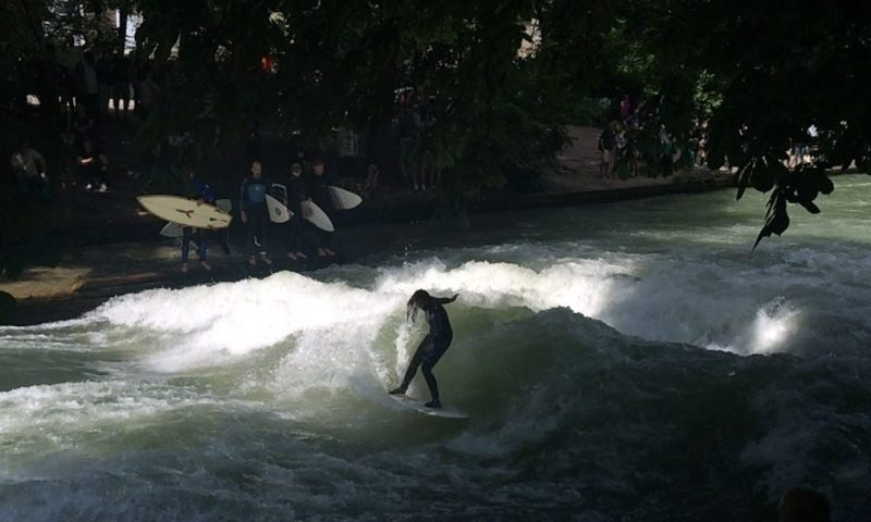 Offbeat Munich: Ice surfers at the English Garden