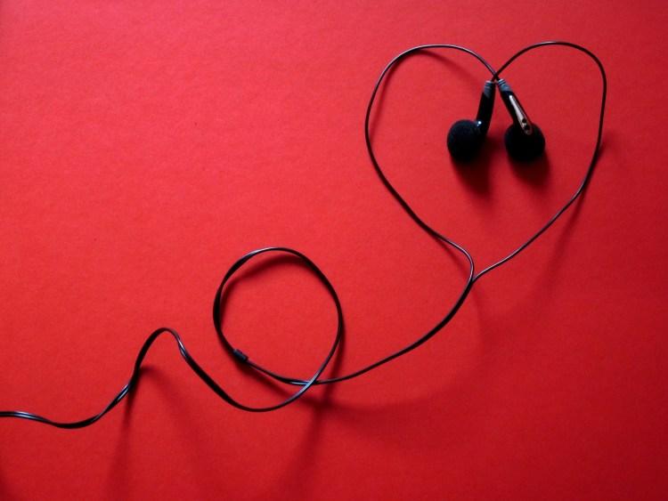 Petits écouteurs qui forment un coeur
