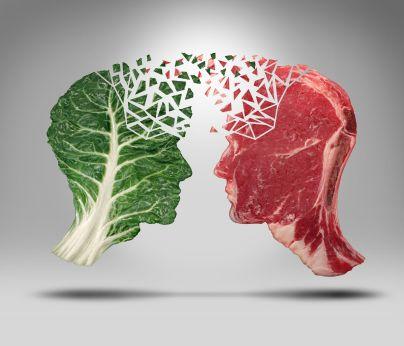 Visage en légume faisant face à un visage fait de viande