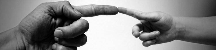 Deux doigts qui se touchent