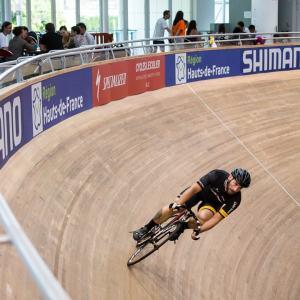 Cycliste dans un vélodrome en haut de virage