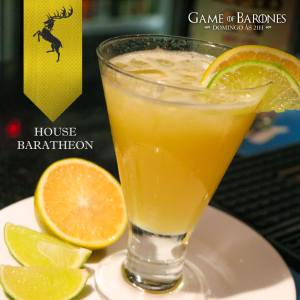 Baratheon Esse é um drink bastante refrescante e levemente ácido, feito com suco de laranja e limão, um toque de mel e um boa dose de Gim. Leva as cores da bandeira da casa e é perfeito para esticar os pés na muralha depois de um passeio a cavalo.