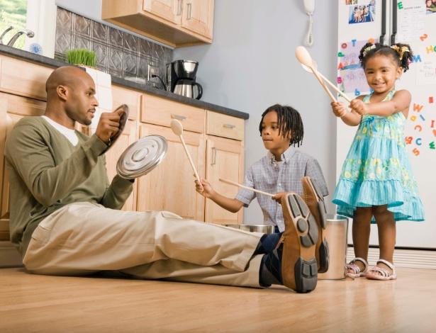 Fonte: http://imguol.com/2012/11/29/pai-criancas-brincando-1354205890862_615x470.jpg