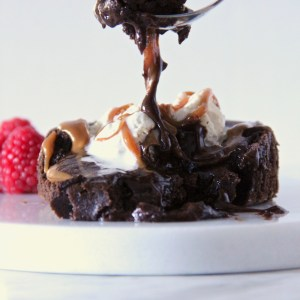 Chocolate lava cake for two - this delicious chocolate lava cake is the dream of any chocolate lover! | mapleetchocolat.com