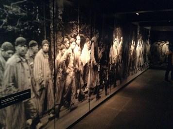 """""""Prisioneros del campo de concentración de Dachau movilizados hacia destino desconocido"""": fotografía via Flickr por A. TTou (ATa Tou). En: https://flic.kr/p/pqeYkJ"""
