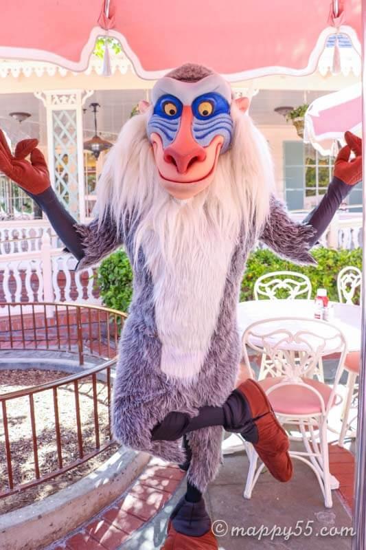 カリフォルニアにあるアナハイムのディズニーランドにあるキャラクターブレックファストのプラザイン