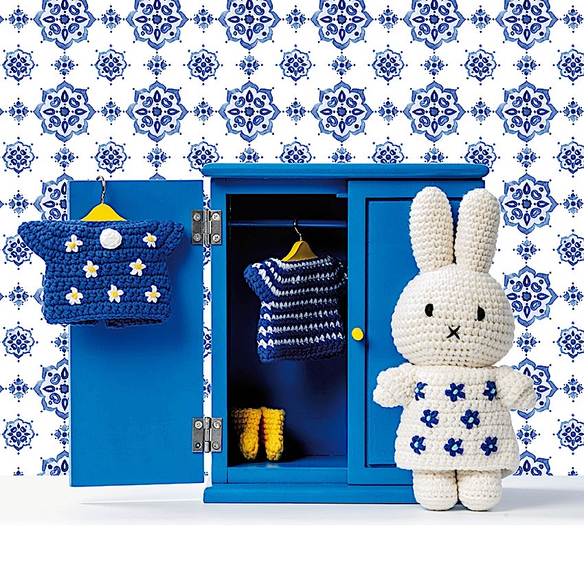 Miffy Bleu de Delft - Just Dutch - Miffy est LE doudou rêvé pour vos enfants. Ses différents vetements en font autant de personnages. Ici en version Bleu de Delft.