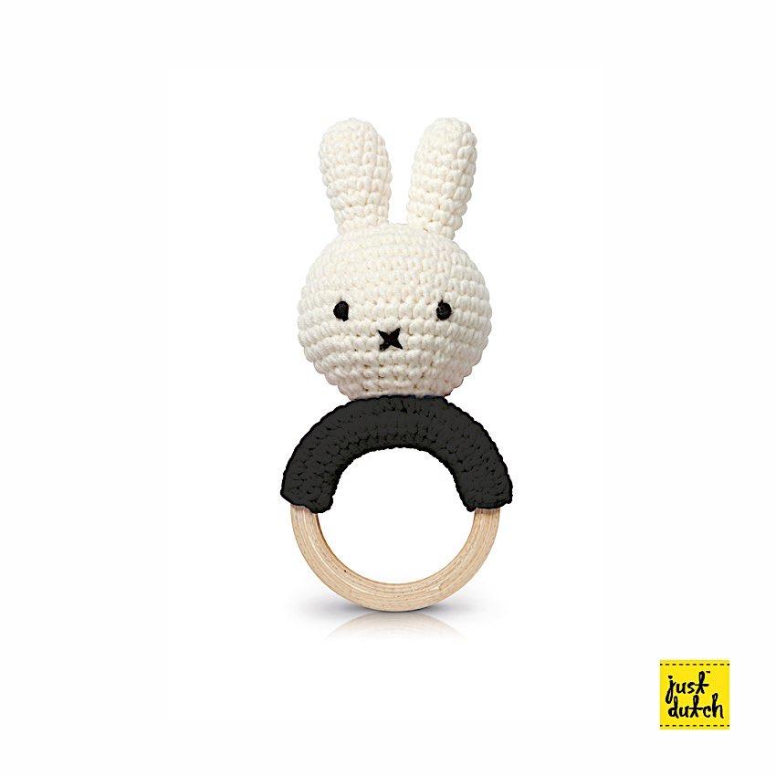Miffy Teether Hochet - Just Dutch - Periode délicate pour la dentition et vous cherchez un anneau dentaire pour votre nourrisson ? Voici la Miffy qui accompagnera votre bébé avec en plus, un hochet.