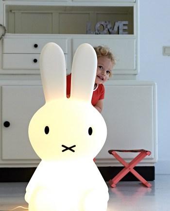 Lampe lapin Miffy géante - Mr Maria - Doux et serein, la lampe lapin Miffy géante peut être utilisée comme une veilleuse et comme une lampe.