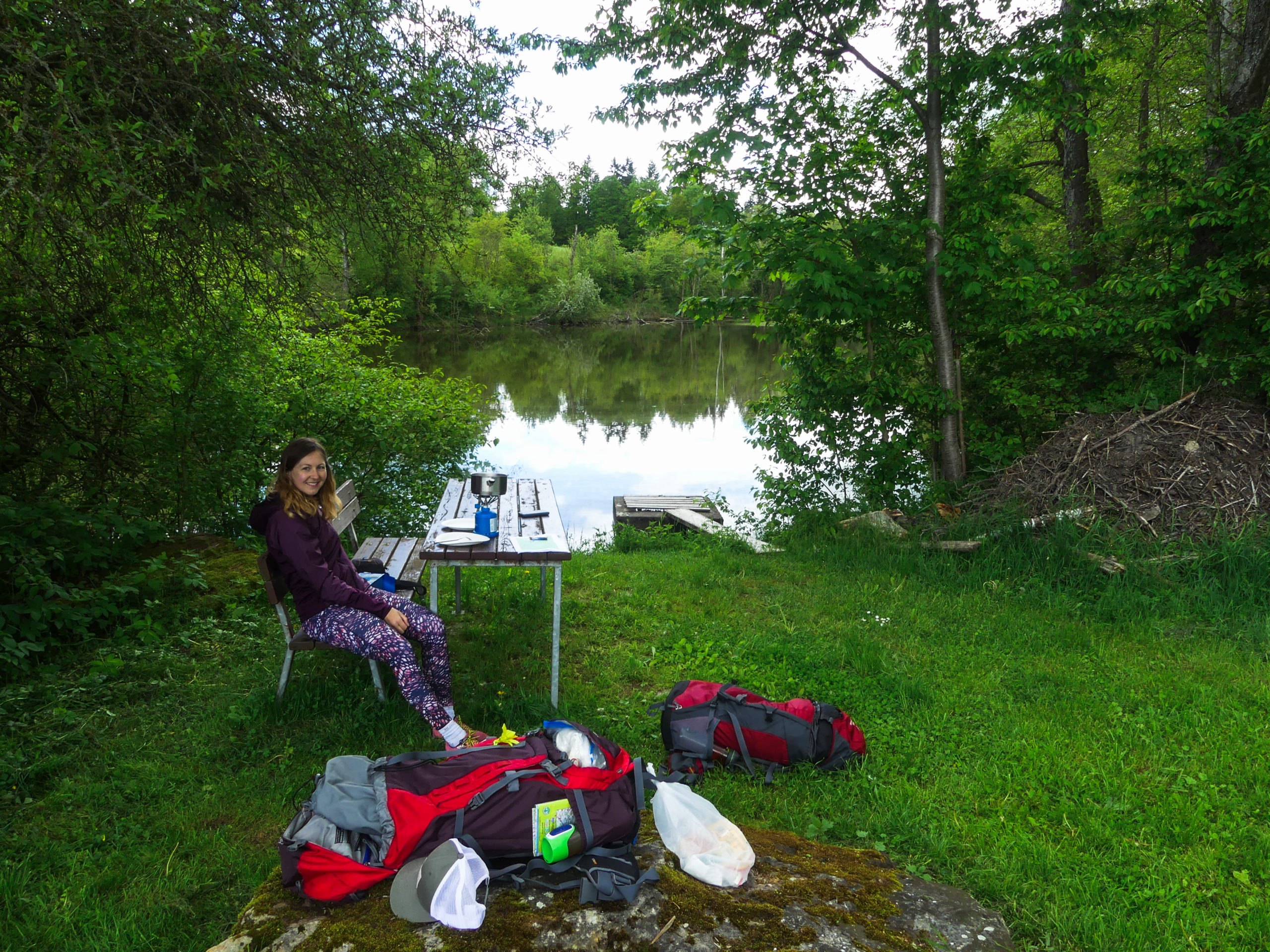Trekker machen Pause an Bank und See in Winkelhof