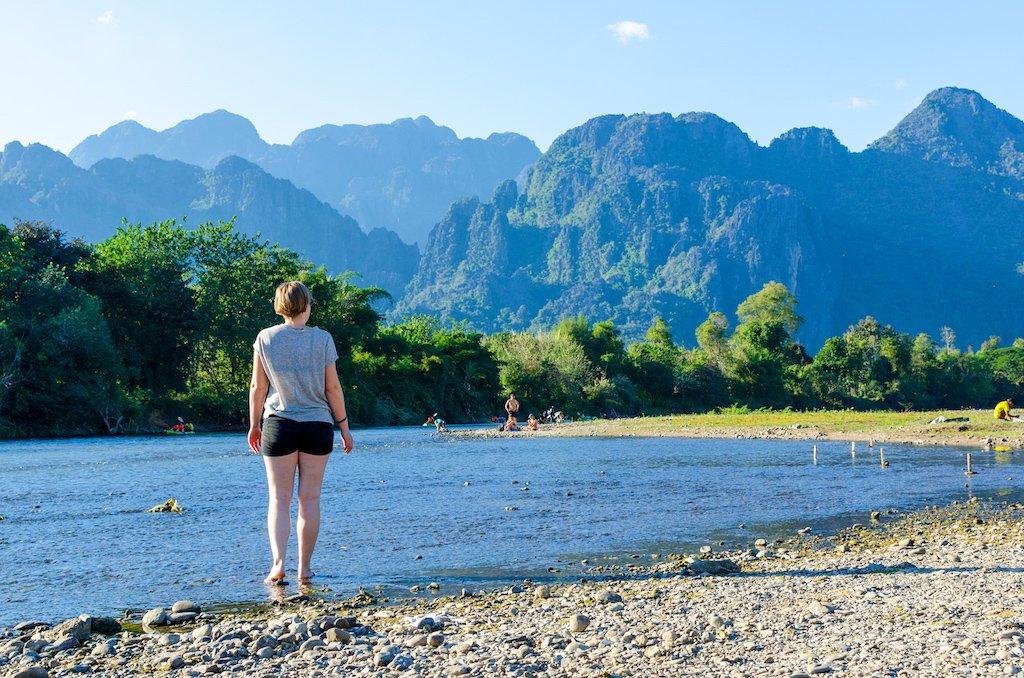 vang-vieng-nam-song-river-bed-mountains