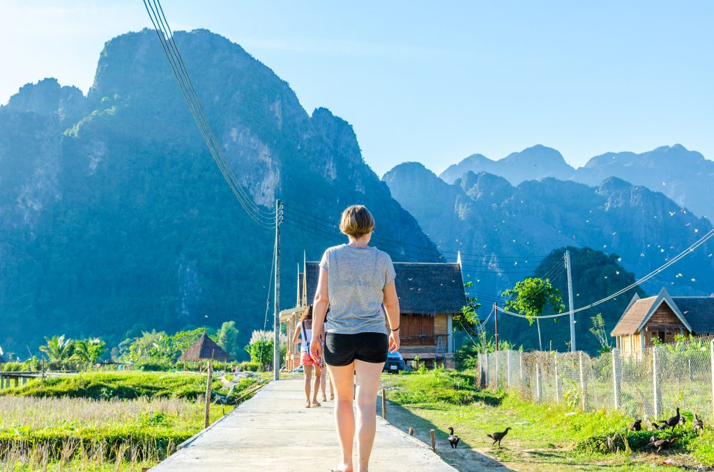 vang-vieng-path-viewpoint-mountains