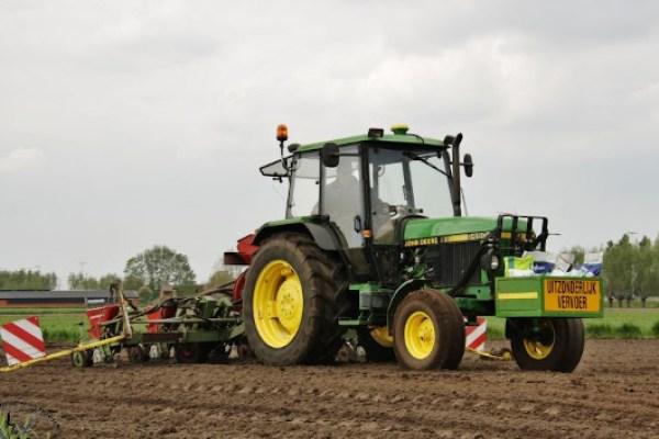 Tractor John Deere 2450 simple tracción sembrando