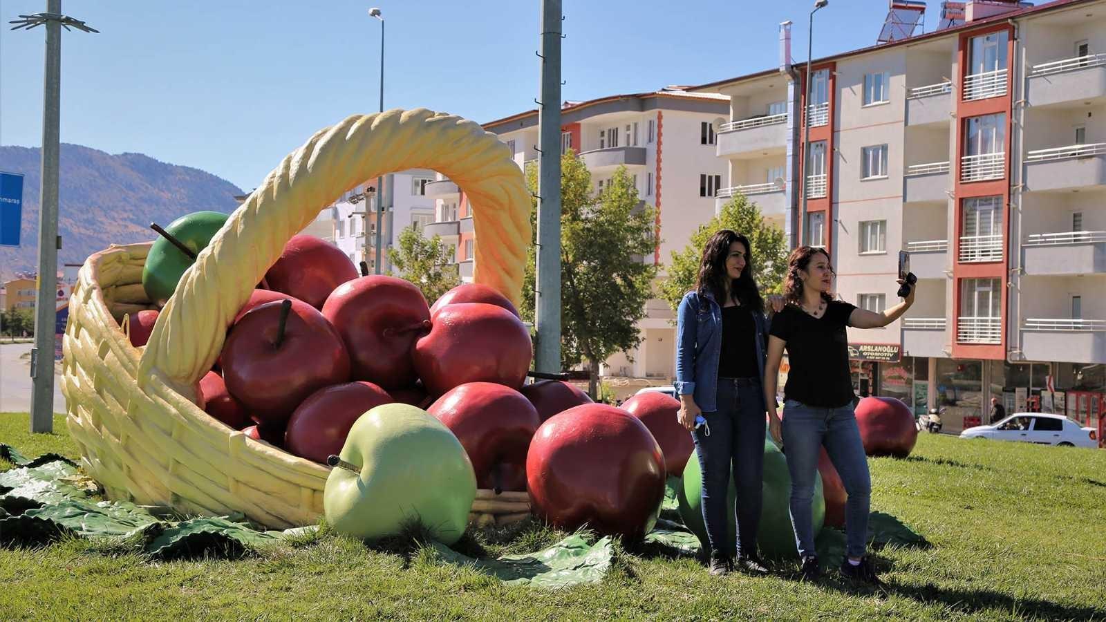 Kavşaklar elmalarla süslendi