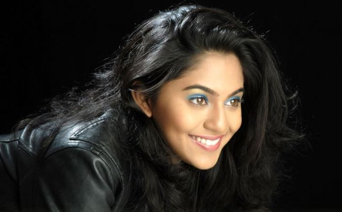 Mrunmayee-Deshpande-bio-wiki-birthday-photos-family-husband