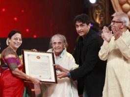 Seema Deo receives Zee Chitra Gaurav Lifetime achievement award 2017