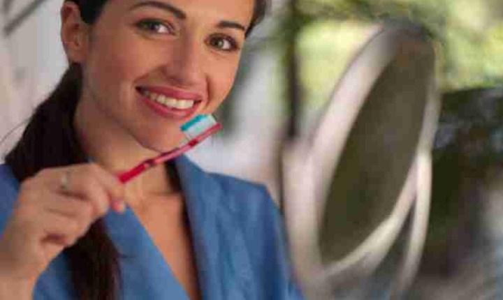 दात घासणे