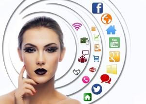 Mujer con sus redes Sociales