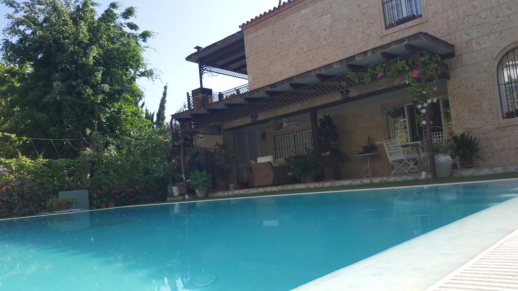 Preciosa villa situada a 900 m de Puerto Banus