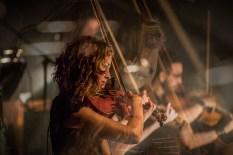 Violiste Annelieke Marselje tijdens een optreden met Navarone door Marcel Krijgsman