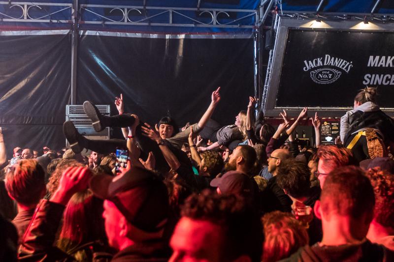 Crowdsurfen op Paaspop door Marcel Krijgsman