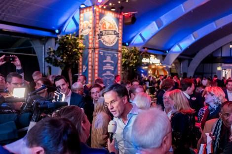 Mark Rutte staat de pers te woord op VVD festival door Marcel Krijgsman