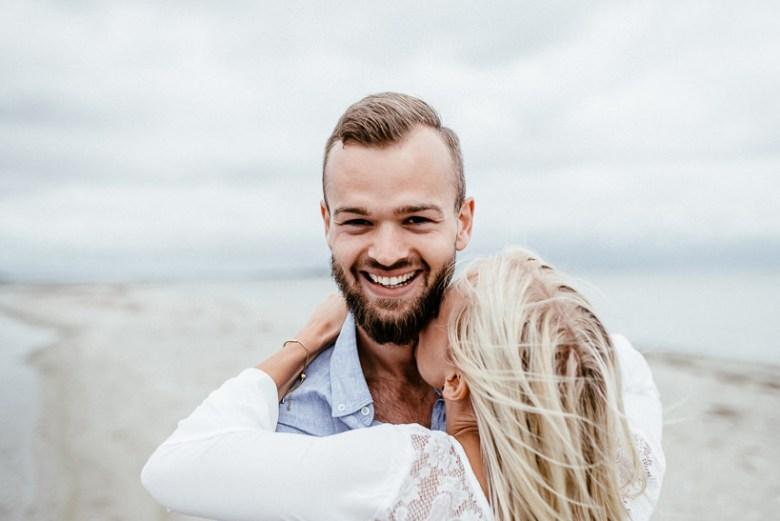 Hochzeitsfotograf Ostsee Ruegen Usedom Strand Paarshooting Engagement 025 Eine kleine Ostseebriese - Kennenlernshooting am Strand