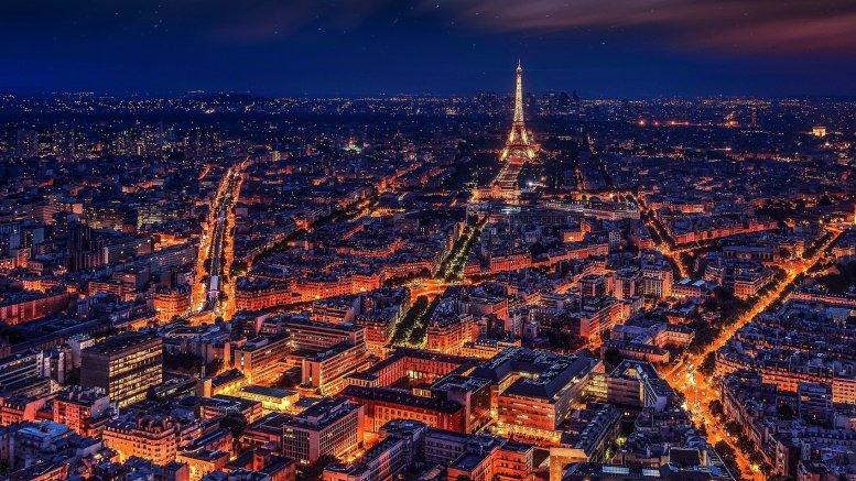 La tour Eiffel de nuit qui a failli être percutée par l'attelage du père Noël