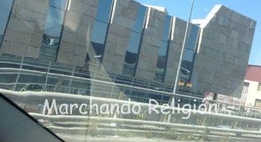 La incineración de los gordos-Marchando Religión