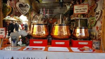 Notre préoccupation est de satisfaire tout le monde au marché de noël d'Annecy. Cet exposant propose du vin chaud pour les grands et du punch aux fruits pour les plus petits