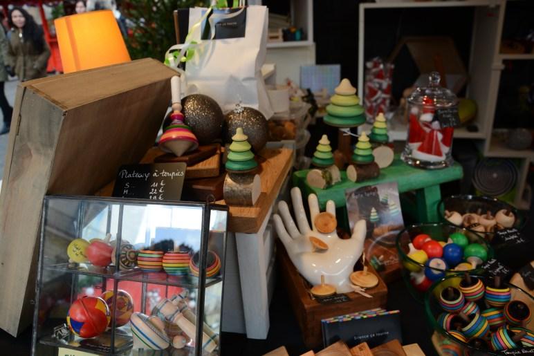 Chalet de toupies en bois au marché de noël de Nantes