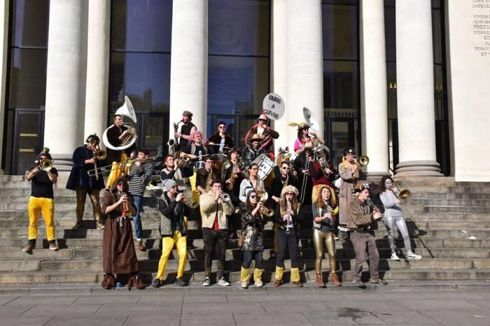 La fanfare Les Durs à Cuivre anime le marché de noël de Nantes