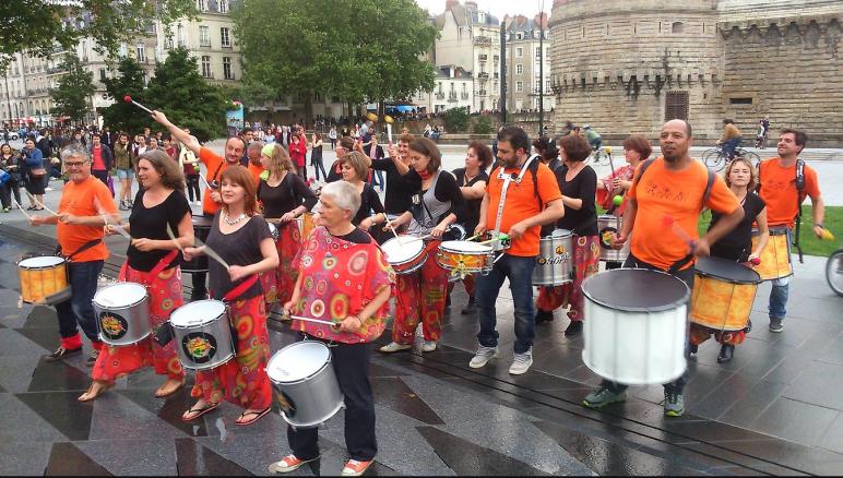 Les tambours du bourg viennent animer le marché de noël de Nantes
