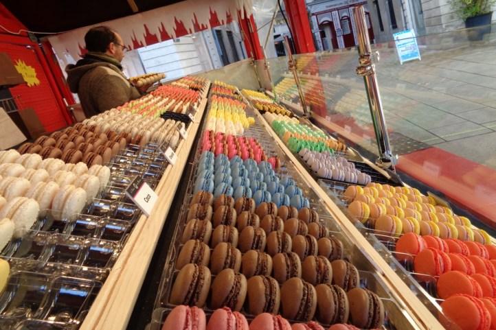 macarons colorés dans un chalet du marché de Noël