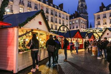 personnes se promenant sur le marché de noël de Nantes