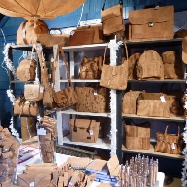 Chalet d'objets en liège au marché de noël d'Angers