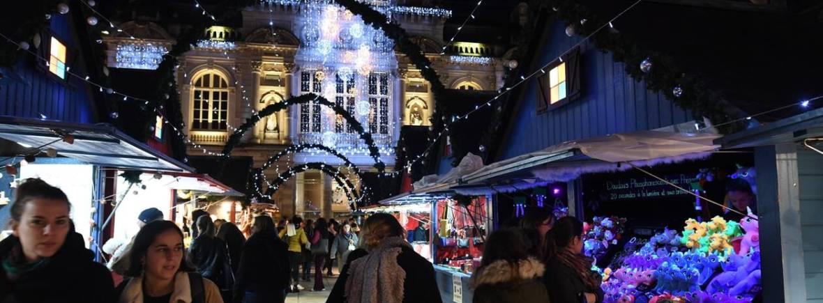 Arches lumineuses entre les chalets du marché de noël d'Angers