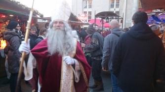Saint Nicolas distribue des friandises de Noël