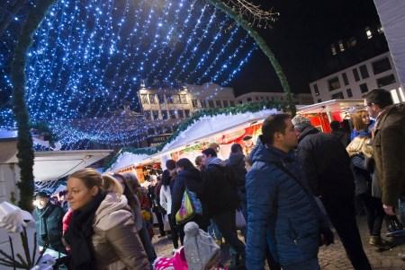 Les illuminations scintillantes embellissent le Marché de Noël de Rouen et permettent à tous les visiteurs de vivre un moment unique et exceptionnel