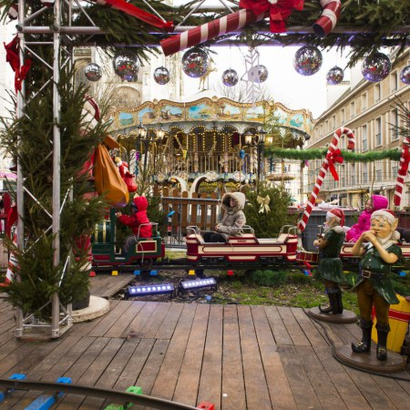 Carrousel et petit train sur le marché de noël de Rouen