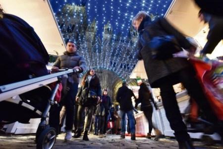 A la nuit tombée, le marché de noël de Rouen revêt son costume de lumière et brille de mille feux