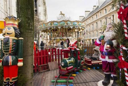 Petit train et carrousel sur le marché de noël de Rouen