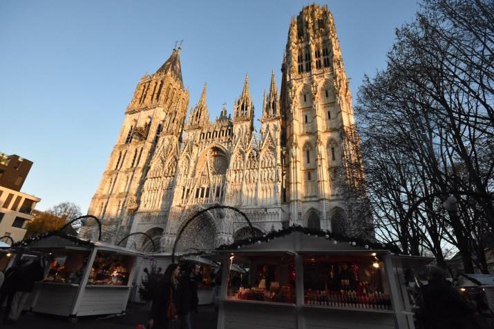 Le marché de noël surplombé par la cathédrale