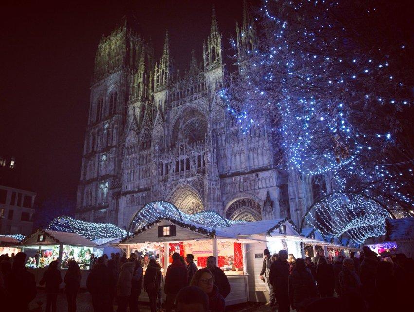 Les chalets et la cathédrale, illuminés pour noël
