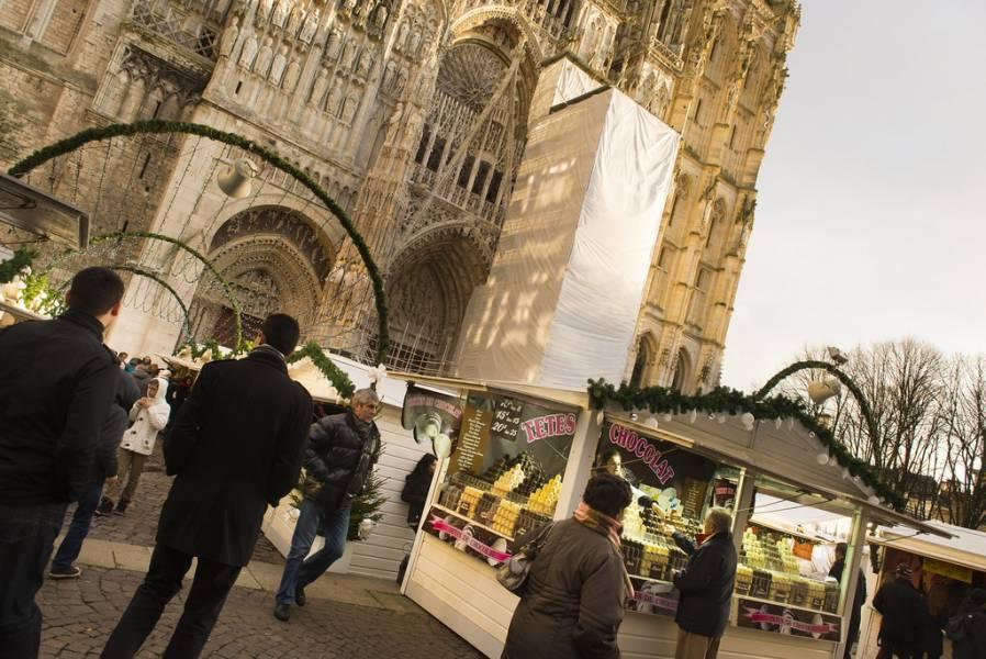 La place de la Cathédrale Magnifiée avec le Marché de Noël Photos Jean-Pierre Sageot