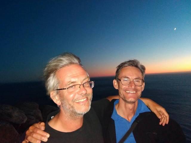 """Emmanuel (à d.) et moi, Cabo Fisterra. Comme le veut , la tradition nous avons regardé le soleil se coucher après avoir brûlé un vêtement symbolisant le """"vieil homme"""". Le 8 août 2016."""