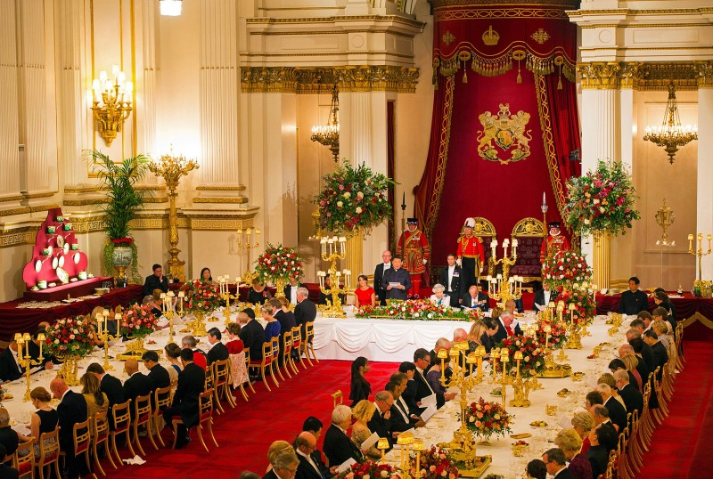 Britain's Queen Elizabeth II hosts a State Banquet for Chinese President Xi Jinping at Buckingham Palace in London, on October 20, 2015, on the first official day of Xi's state visit. Chinese President Xi Jinping arrived for a four-day state visit as the government of Prime Minister David Cameron seeks stronger trade ties with the world's second-largest economy. AFP PHOTO / POOL / DOMINIC LIPINSKI