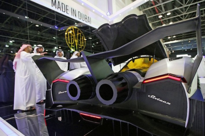 epa03938247 UAE men stand close to The Devel Sixteen, the first supercar built in the UAE, at the Dubai International Motor Show in Dubai, United Arab Emirates, 06 November 2013. 100,000 motoring enthusiasts and motor trade professionals from all over the globe are displaying their new products at the Dubai International Motor Show between 05 and 09 November 2013. EPA/ALI HAIDER +++(c) dpa - Bildfunk+++