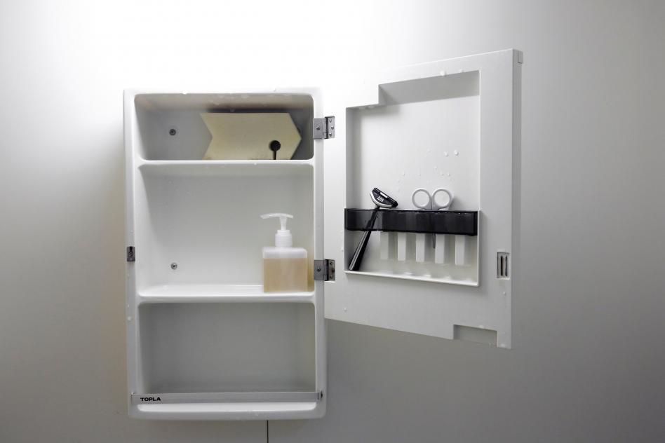 estante para baño con escasos elementos