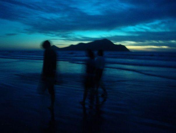 sombras-caminando-playa-por-la-noche